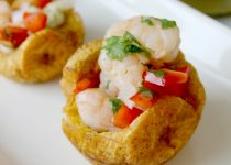 Tostones filled with shrimp salad (tostones rellenos)